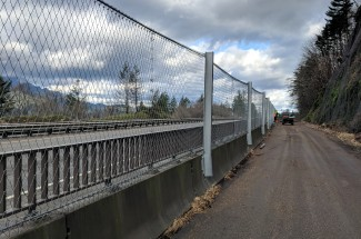 Moffet Creek, Oregon, T35 barrier on concrete guardrail 2018 - Geobrugg